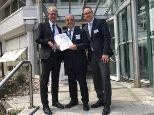 Jörg Kindel, Bürgermeister der Gemeinde Au, mit Manfred und Florian Karle